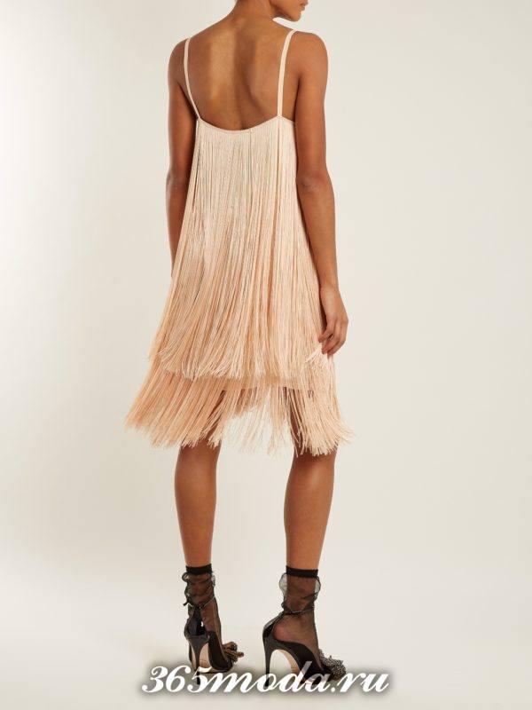 новогоднее персиковое платье с бахромой для корпоратива в ресторане