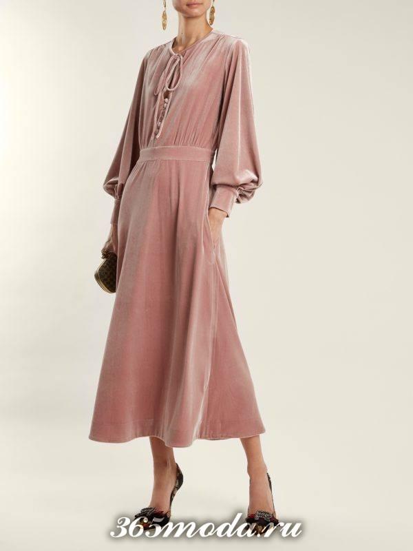 новогоднее бархатное розовое платье с длинными рукавами для корпоратива в ресторане