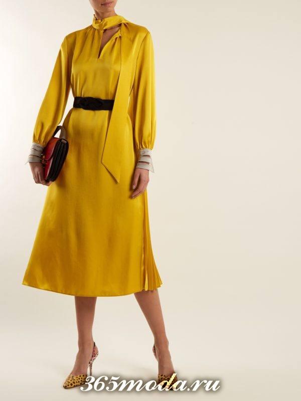 новогоднее желтое миди платье с палантином для корпоратива в загородном доме