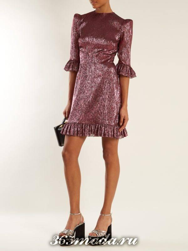 новогоднее блестящее мини платье с оборками для корпоратива в загородном доме