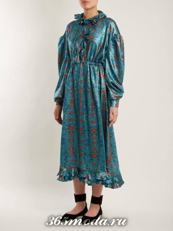 новогоднее голубое миди с принтом платье для корпоратива в загородном доме
