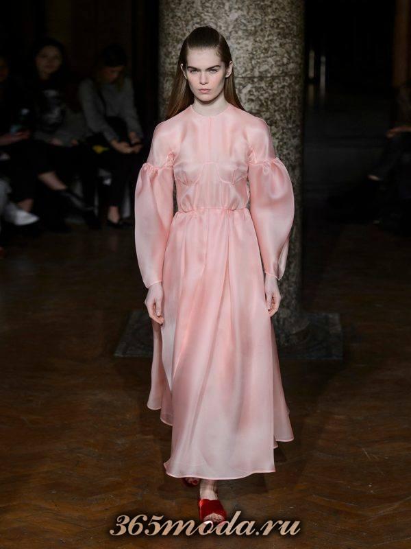 новогоднее розовое платье с пышными рукавами для корпоратива в загородном доме