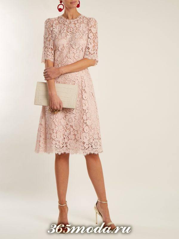 новогоднее кружевное розовое миди платье для корпоратива в загородном доме