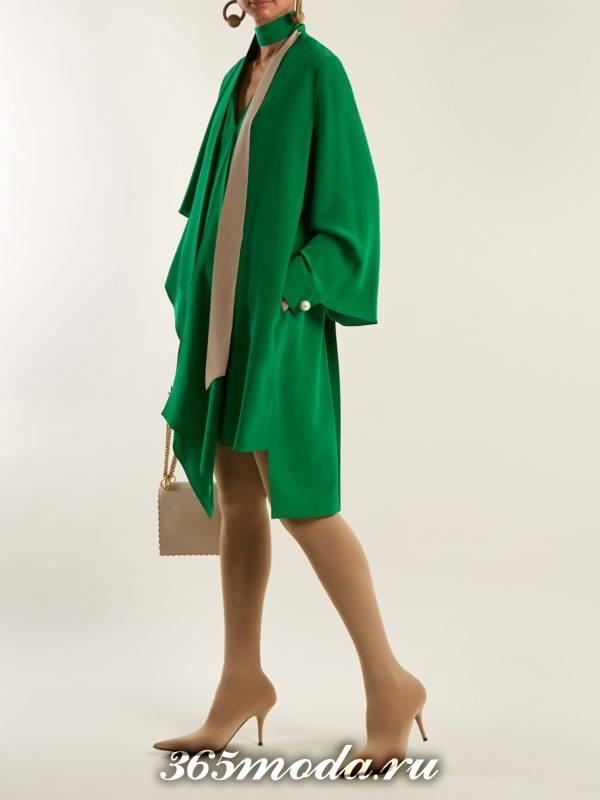 новогоднее зеленое свободное асимметричное платье для корпоратива в загородном доме