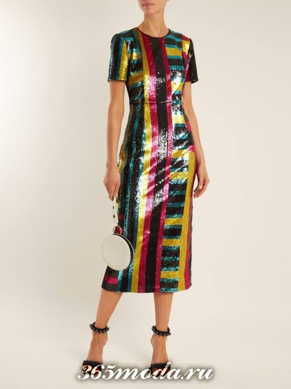 новогоднее блестящее платье футляр с принтом для корпоратива в загородном доме