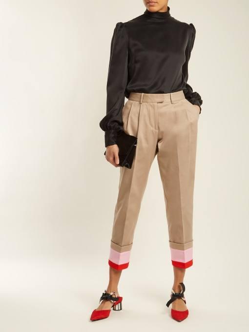 укороченные брюки и черная блуза для новогоднего офисного корпоратива