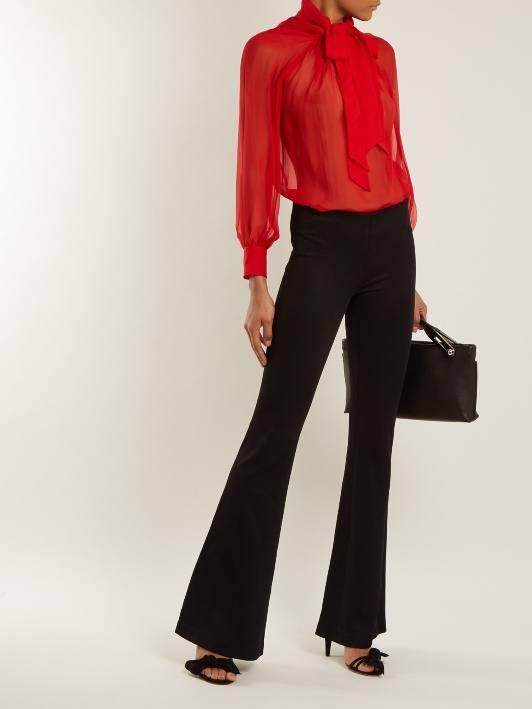 черные брюки клеш и красная блуза для новогоднего офисного корпоратива