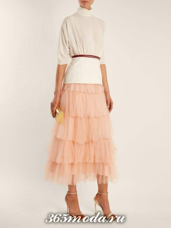 многослойная юбка миди и белая блуза для новогоднего офисного корпоратива