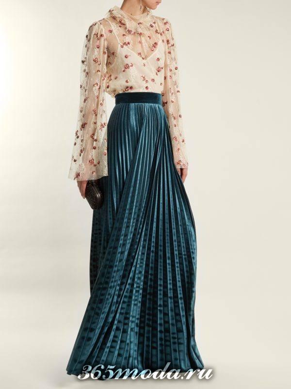 длинная юбка плиссе и прозрачная блуза для новогоднего офисного корпоратива