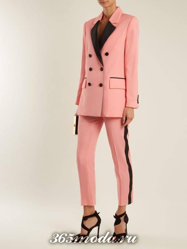 розовый брючный костюм с лампасами для тематического новогоднего корпоратива