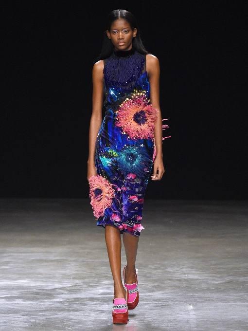 разноцветное платье футляр с крупным декором для тематического новогоднего корпоратива