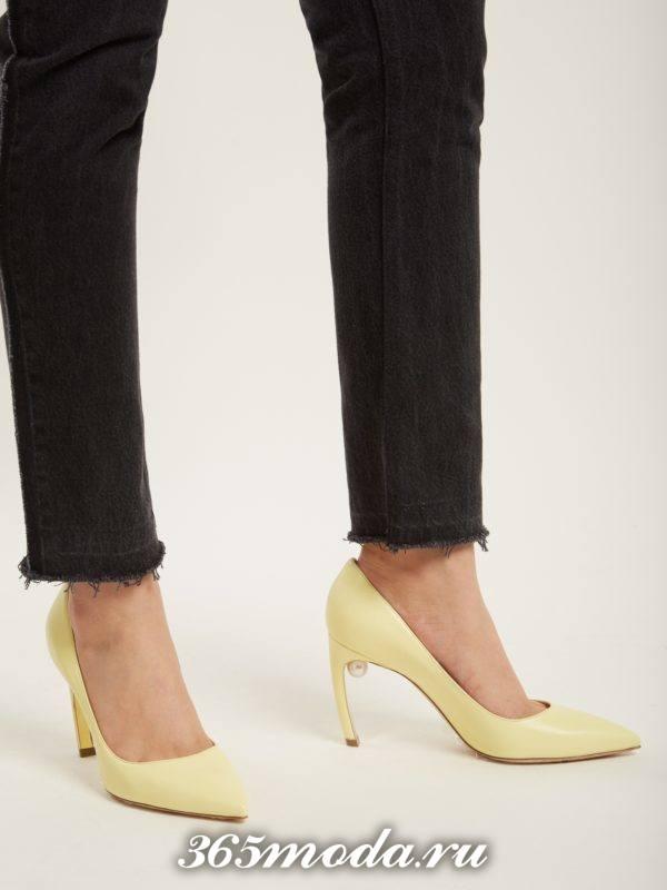 желтые туфли с деекором на шпильке для новогоднего корпоратива