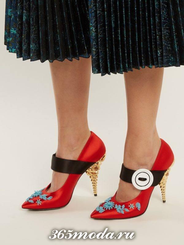 красные туфли с декором на каблуке для новогоднего корпоратива