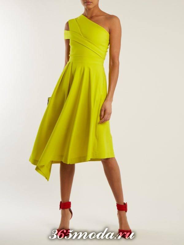 новогоднее асимметричное лимонное платье для корпоратива в ресторане