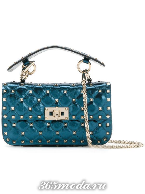 синяя сумочка на цепочке для новогоднего корпоратива