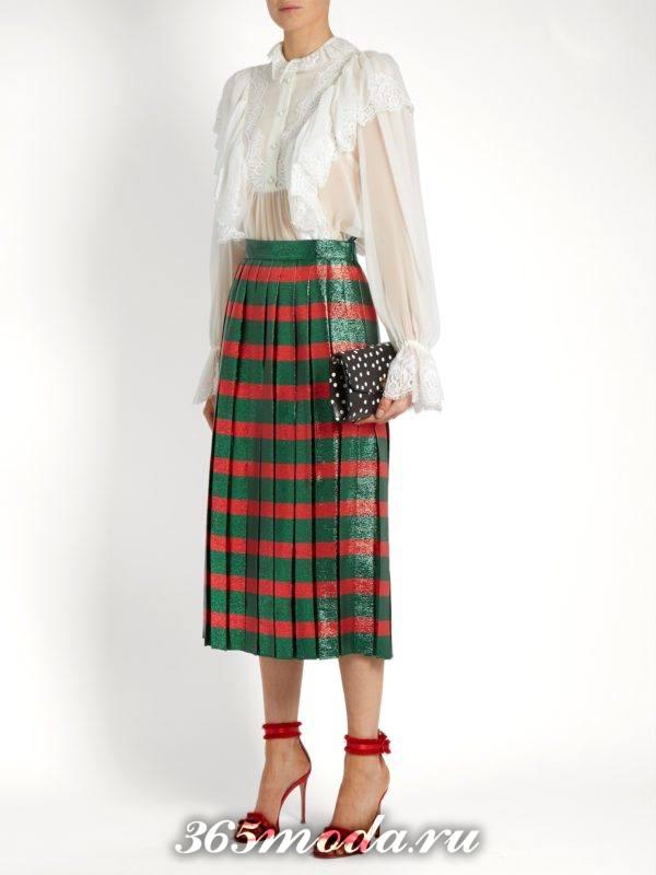 блестящая юбка плиссе с принтом и белая блузка для новогоднего корпоратива