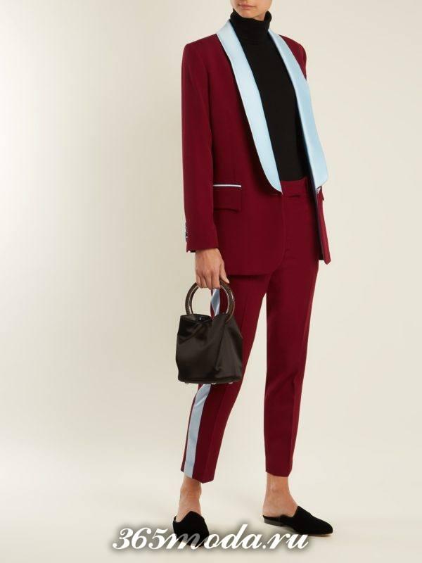 брючный бордовый костюм с лампасами для новогоднего корпоратива