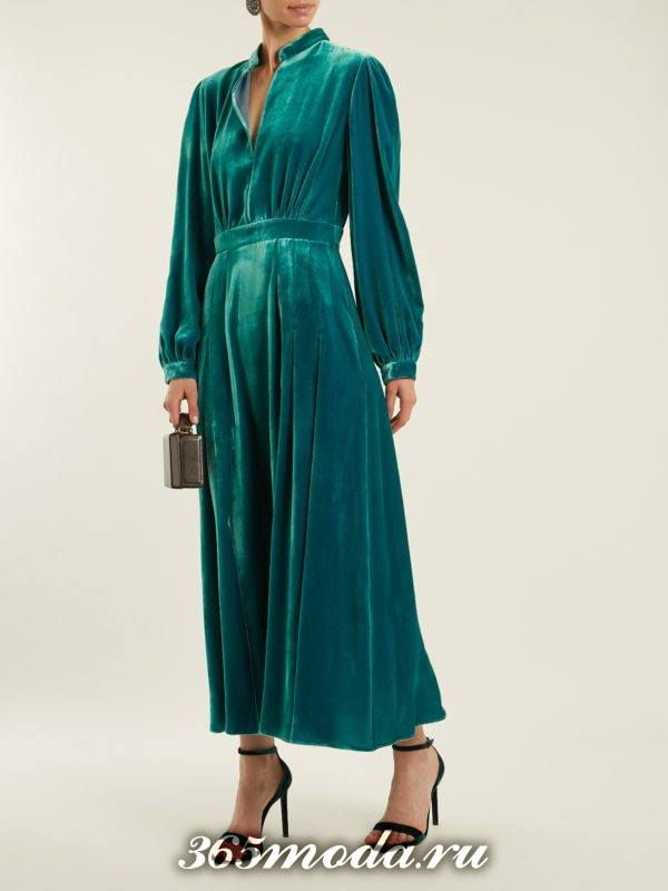бархатное изумрудное платье с длинными рукавами для новогоднего корпоратива