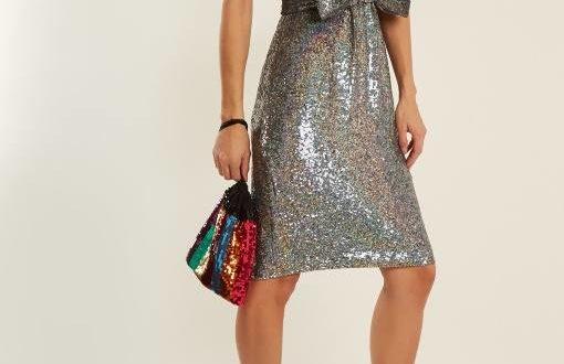 короткое серебристое платье с бантом новогоднего корпоратива