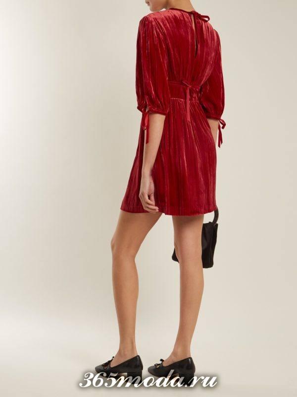 c чем носить короткое бархатное коралловое платье с рукавами