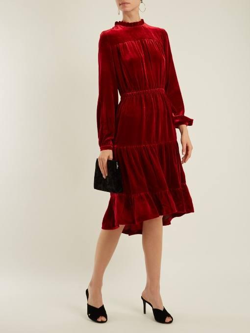 c чем носить короткое асимметричное коралловое платье с длинными рукавами