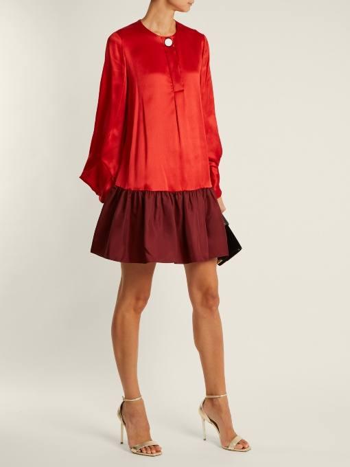 c чем носить короткое коралловое платье оверсайз с оборкой