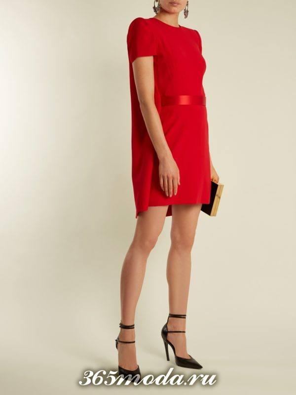 c чем носить короткое коралловое платье с поясом и короткими рукавами