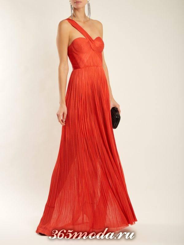 длинное коралловое платье плиссе на одно плечо c чем носить