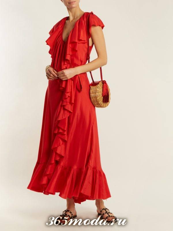 длинное коралловое платье с оборками c чем носить