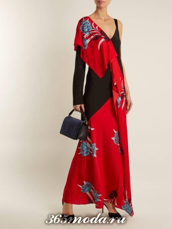 длинное коралловое платье с принтом и оборками c чем носить