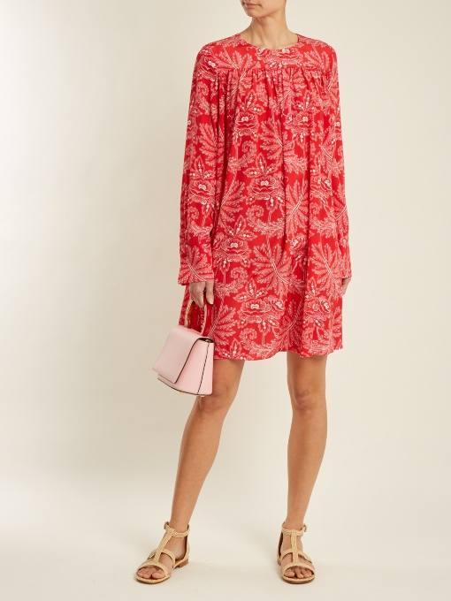 короткое коралловое свободное платье с принтом c чем носить