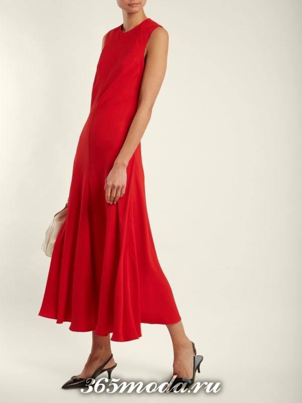 длинное коралловое платье с рюшей c чем носить