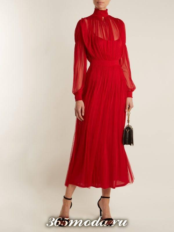длинное коралловое платье под горло с длинными рукавами c чем носить