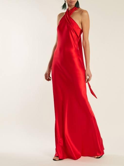 длинное коралловое шелковое платье с завязками на шее c чем носить