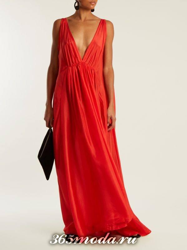 c чем носить длинное коралловое платье с вырезом