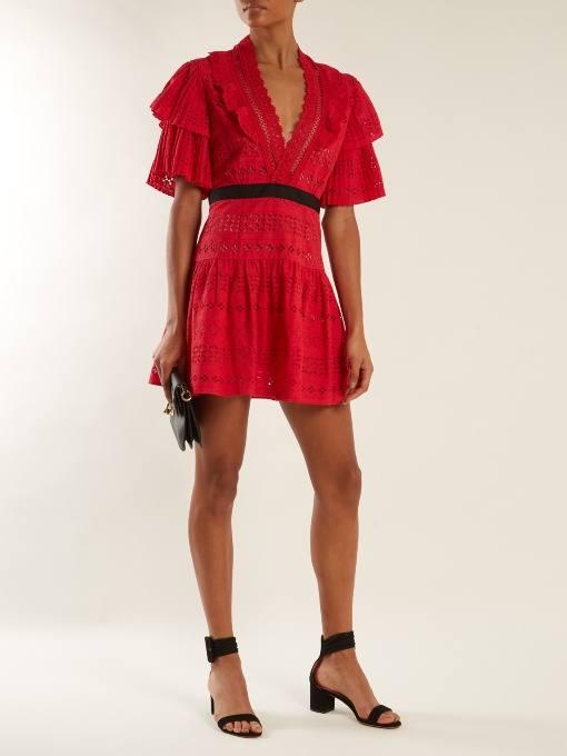 короткое кружевное коралловое платье с поясом c чем носить