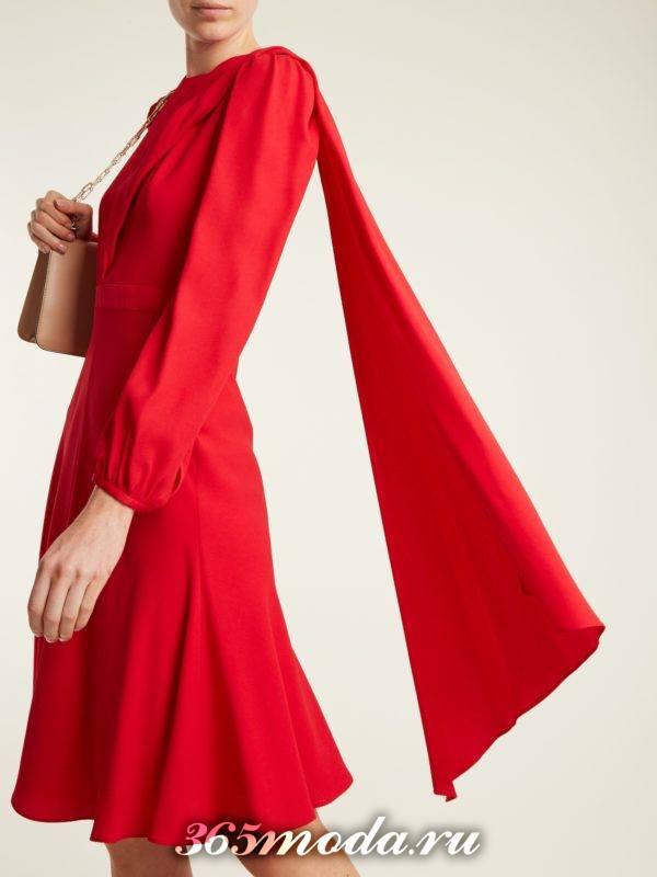 c чем носить короткое коралловое платье с рюшей и шарфиком