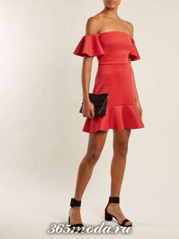 короткое коралловое платье с оборками и открытыми плечами c чем носить