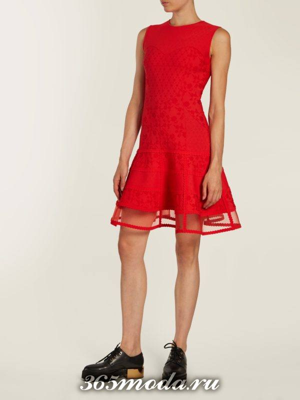 c чем носить коралловое платье клеш с прозрачной вставкой
