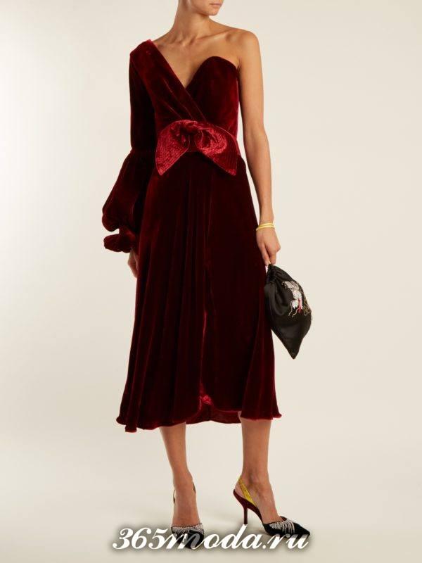 c чем носить бархатное коралловое платье футляр