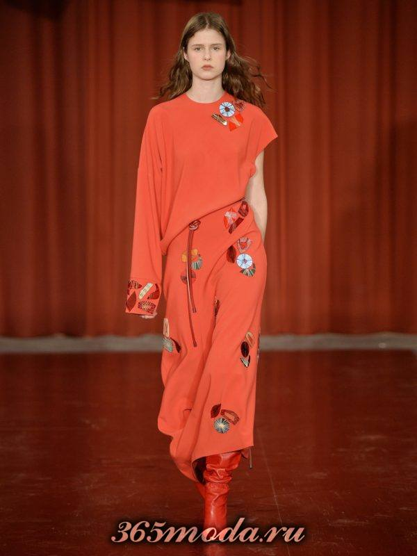 коралловое асимметричное платье с нашивками c чем носить