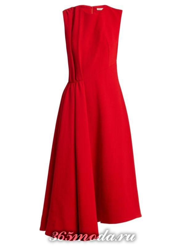 коралловое асимметричное платье миди c чем носить