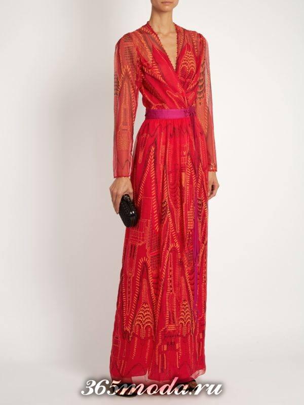 коралловое макси платье с поясом и принтом c чем носить