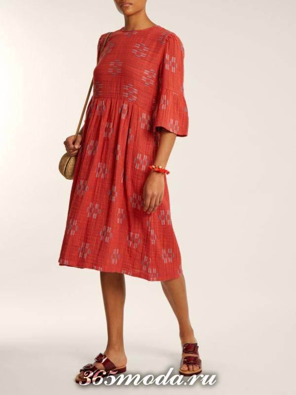 короткое коралловое платье с принтом и рукавами клеш c чем носить