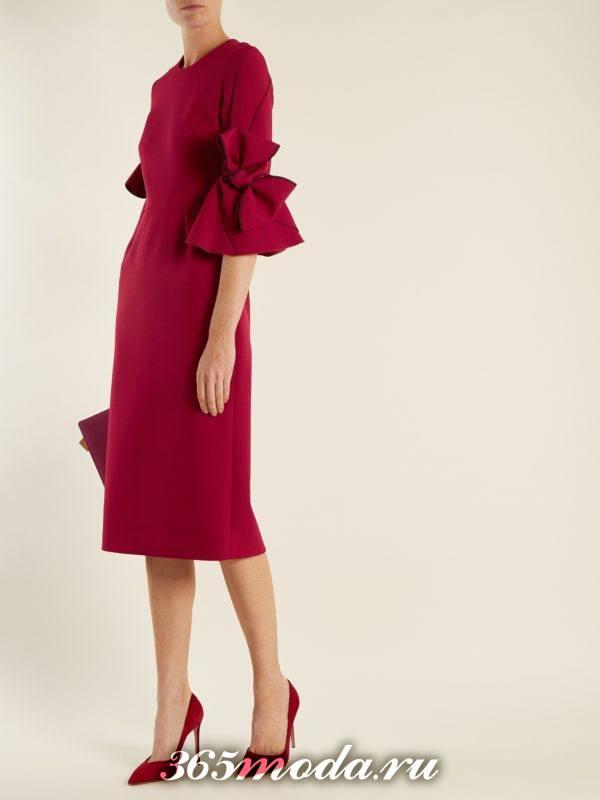 коралловое платье футляр с декором на рукавах c чем носить
