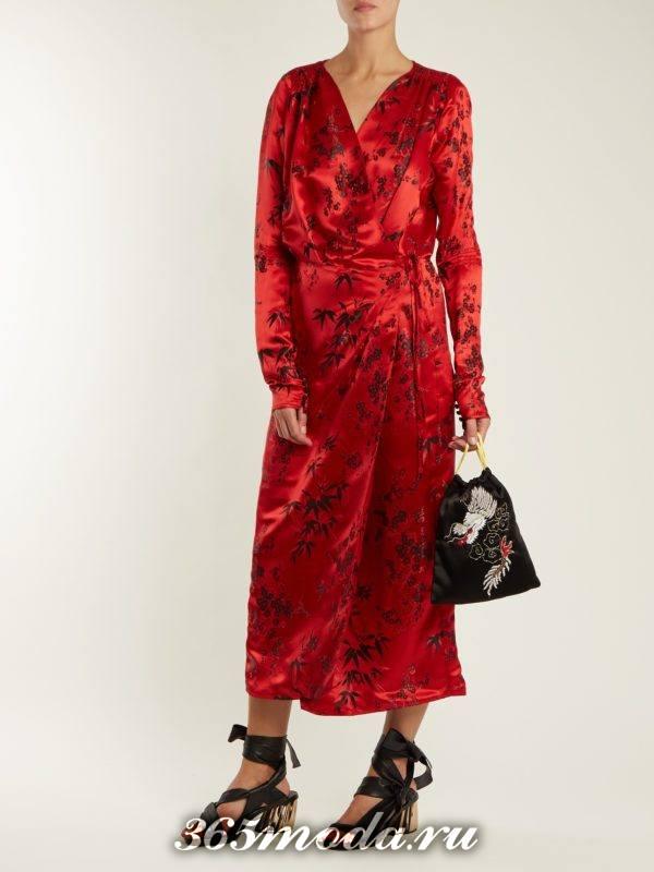 c чем носить коралловое шелковое макси платье с принтом
