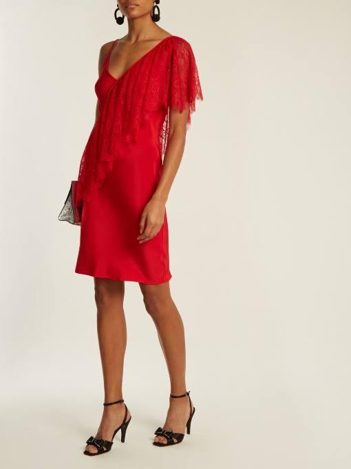 короткое коралловое платье футляр с кружевной оборкой c чем носить
