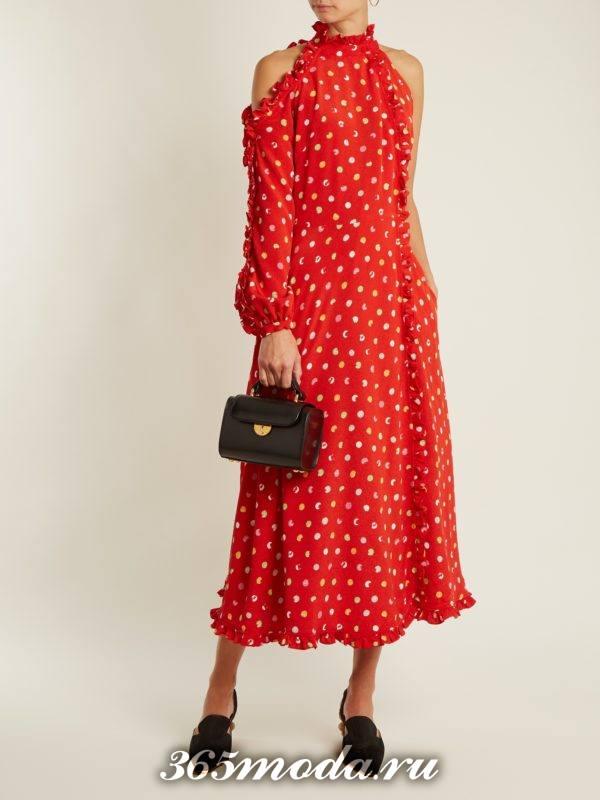 коралловое платье в горох с открытыми плечами c чем носить