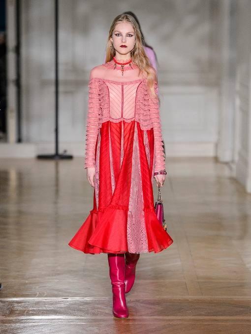 c чем носить комбинированное коралловое миди платье с рюшей