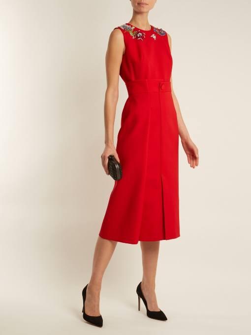 c чем носить коралловое платье миди с вышивкой